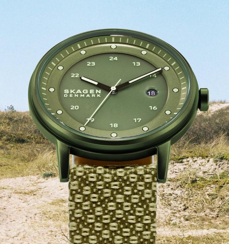 Uhr mit grünem Gehäuse und Zifferblatt und mehrfarbigem grünem Band.