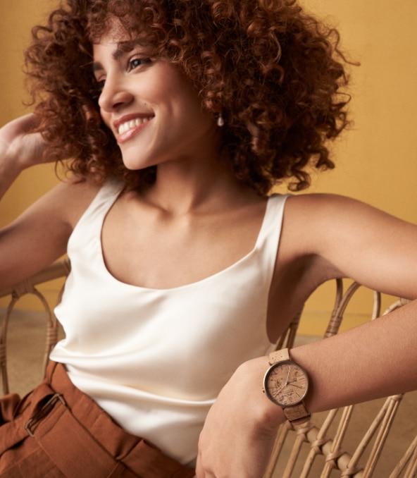 Eine Frau, die eine umweltfreundliche, korkbasierte Uhr trägt.